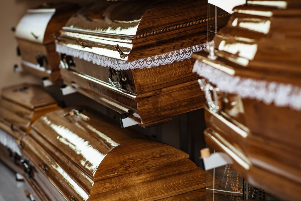 Trumny dębowe i urny oferowane przez firmę pogrzebową KORIM.