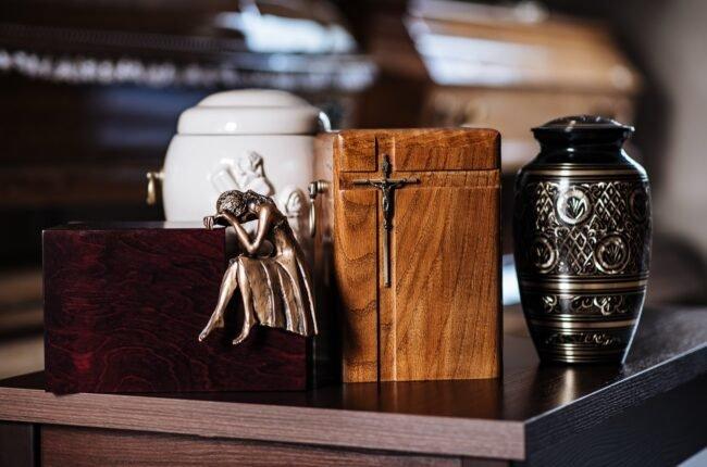 Trumny i urny na prochy dostępne w ofercie zakładu pogrzebowego KORIM z Iławy w ramach usługi pogrzebowej z kremacją.