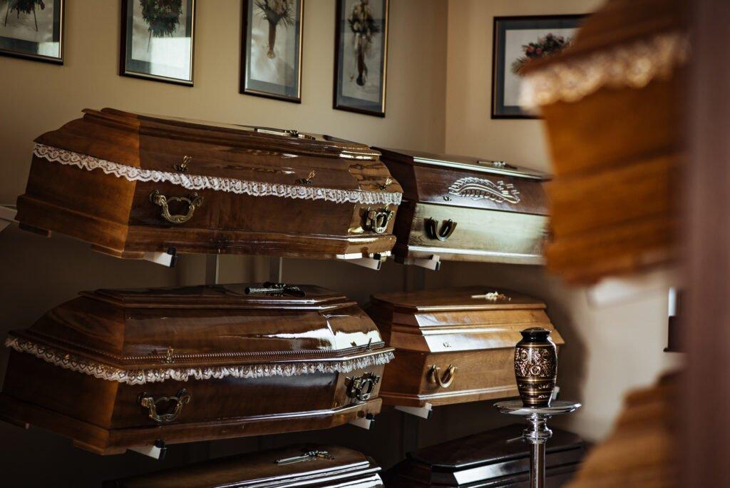 Trumny i urny oferowane przez zakład pogrzebowy KORIM z Iławy.