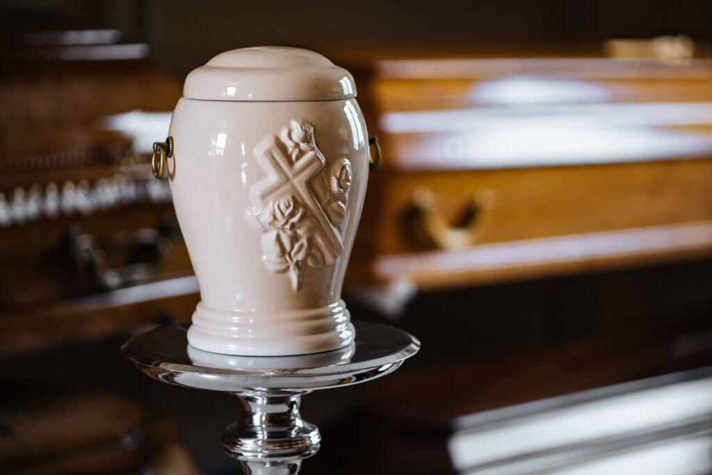 Urny i trumny oferowane w zakładzie pogrzebowym KORIM.