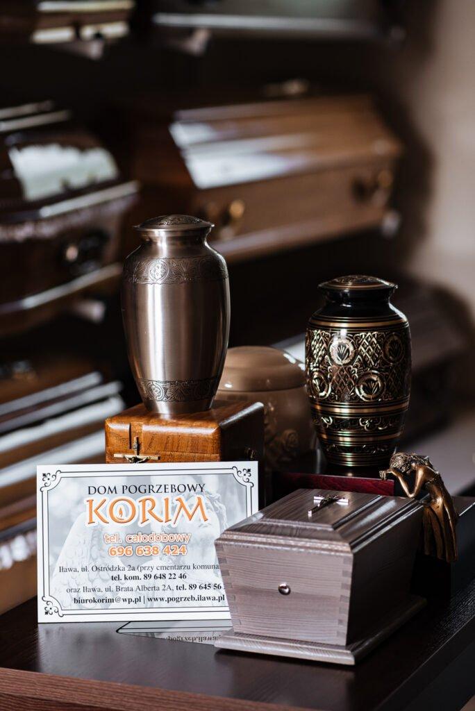 Trumny i urny dostępne w zakładzie pogrzebowym Korim