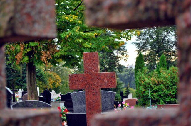 Obsługa cmentarzy komunalnych w Iławie. Usługa utrzymania czystości grobów bliskich na pobliskich cmentarzach.