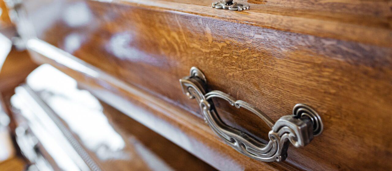 Trumny dębowe i trumny kremacyjne dostępne w ramach usługi pogrzebowej firmy KORIM z Iławy.