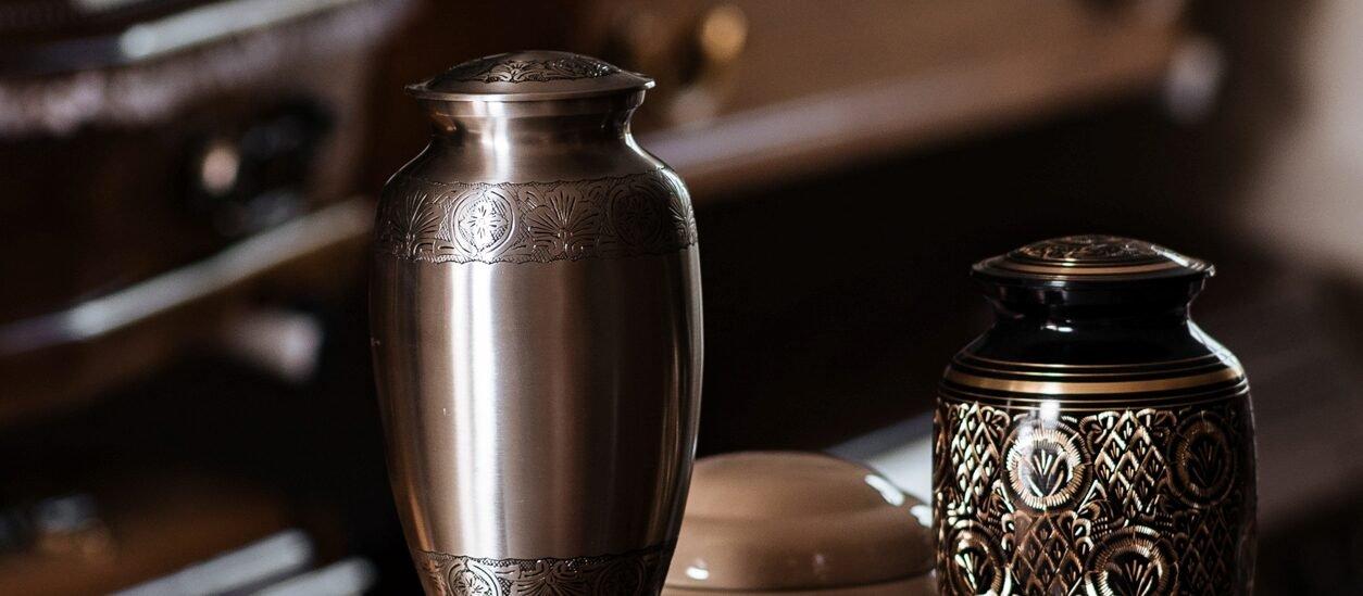 Trumny i urny kremacyjne dostępne w zakładzie pogrzebowym Korim.